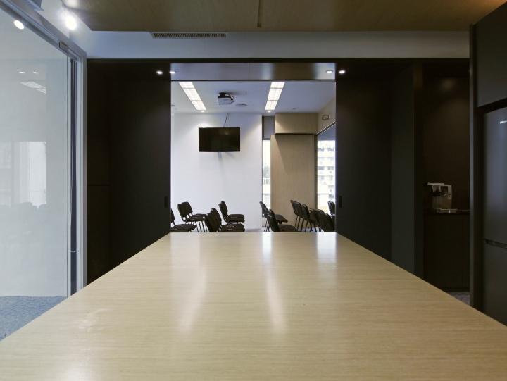 Тёмные цвета в интерьере офиса в стиле хай-тек. Фото 2
