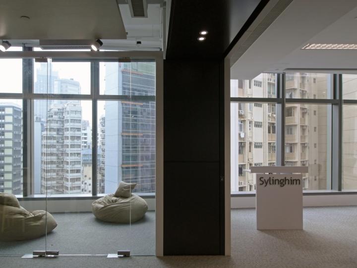 Тёмные цвета в интерьере офиса - панорамные окна. Фото 1
