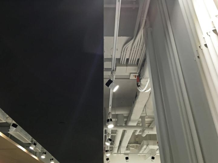 Тёмные цвета в интерьере офиса - оригинальный потолок. Фото 1