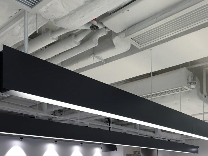 Тёмные цвета в интерьере офиса - оригинальный потолок. Фото 2