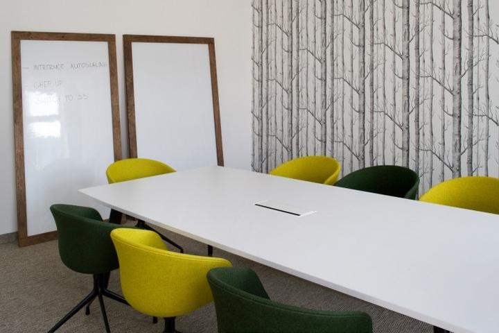 Белый стол в конференц-зале штаб-квартиры u2i