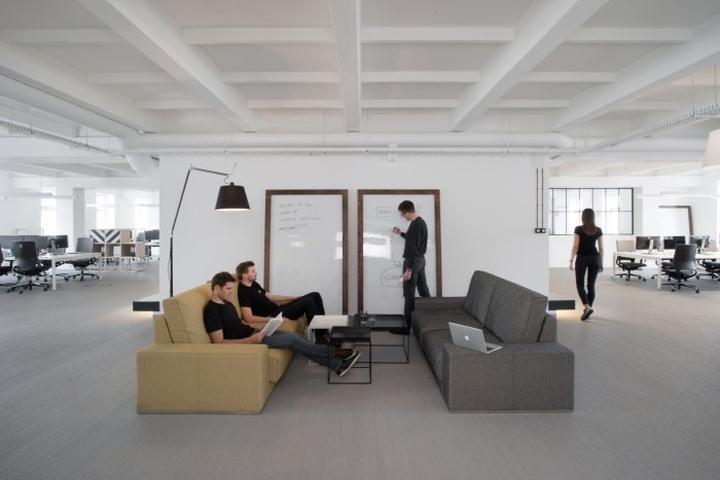 Мягкие диванчики в штаб-квартире u2