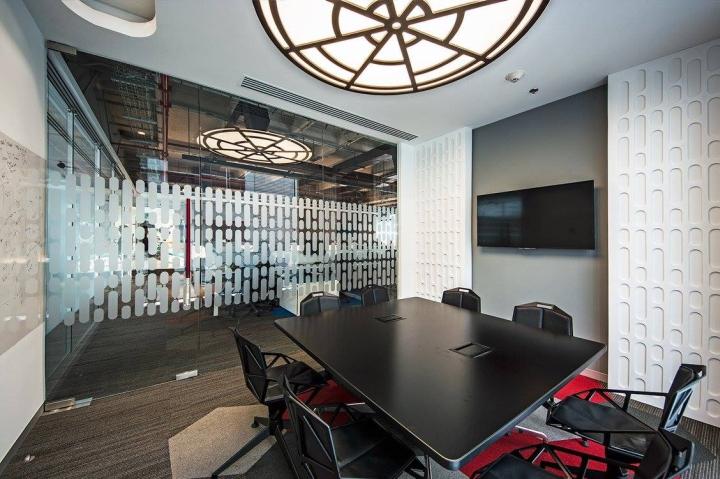 Удобный интерьер офиса EA Games - комната для переговоров