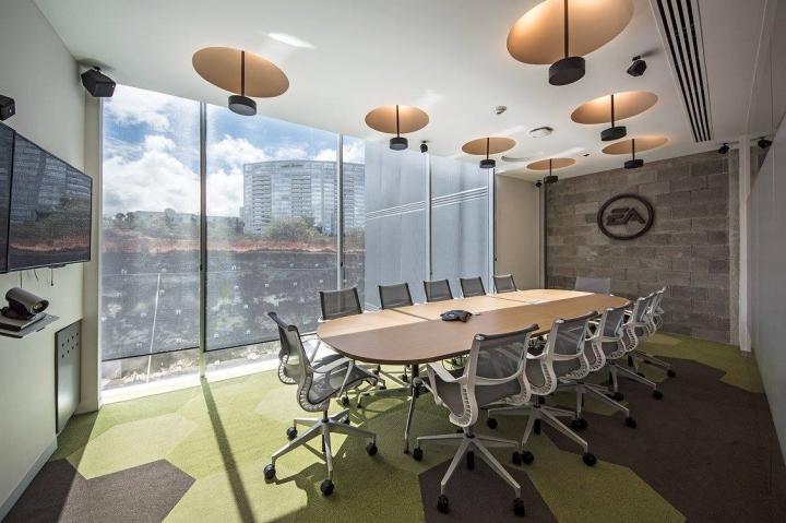 Удобный интерьер офиса EA Games - потрясающий вид из окна