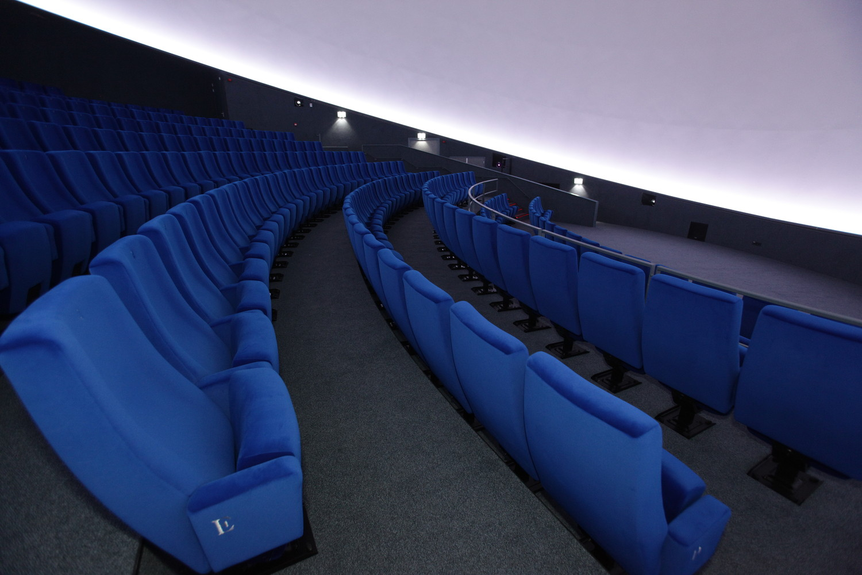 Синие бархатные кресла в интерьере зала планетария