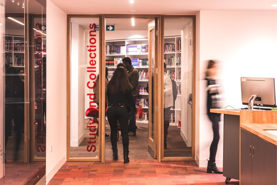 Вход в библиотеку
