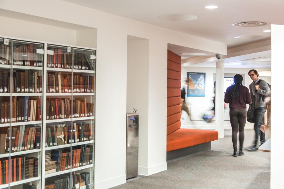 Мини библиотека в коридоре