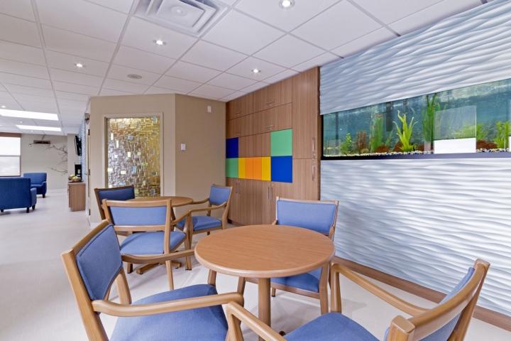 Большой аквариум, встроенный в стену в офисе