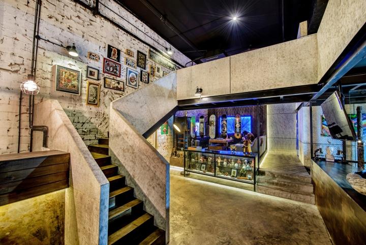 Дизайн серой бетонной лестнцы в студии