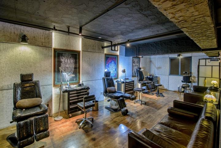 Чёрная кожаная мебель в интерьере студии тату