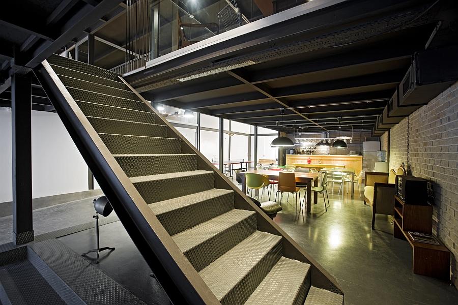 Лестница современного офиса продакшн студии