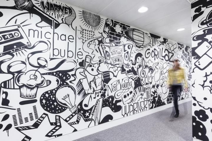 Яркий коридор в офисие музыкальной компании