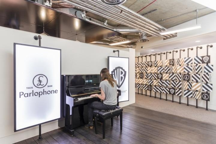 Пианино в коридоре офиса
