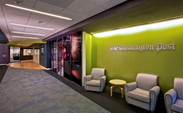 Интерьер редакции - зеленая стена в офисе