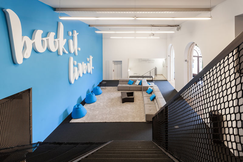 Яркий интерьер офиса: лестница