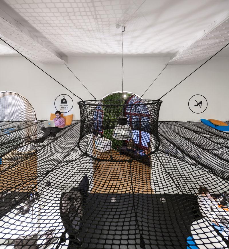 Яркий интерьер офиса: подушки в декоре