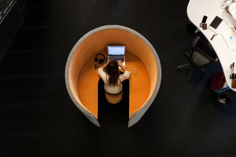Яркий интерьер офиса: закрытое рабочее место