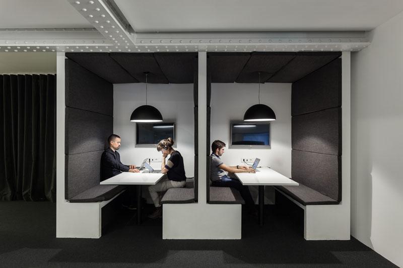 Яркий интерьер офиса: уютные комнатки