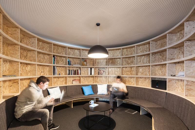 Яркий интерьер офиса: мини библиотека