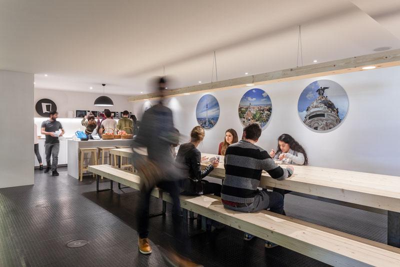 Яркий интерьер офиса: столовая