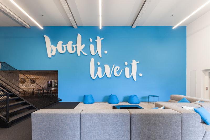 Яркий интерьер офиса: мотивирующая надпись в декоре