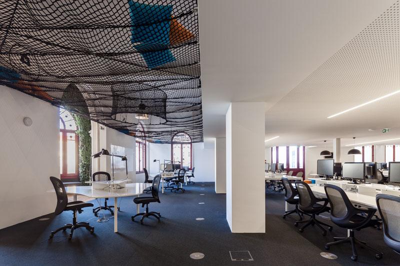 Яркий интерьер офиса: рабочие места