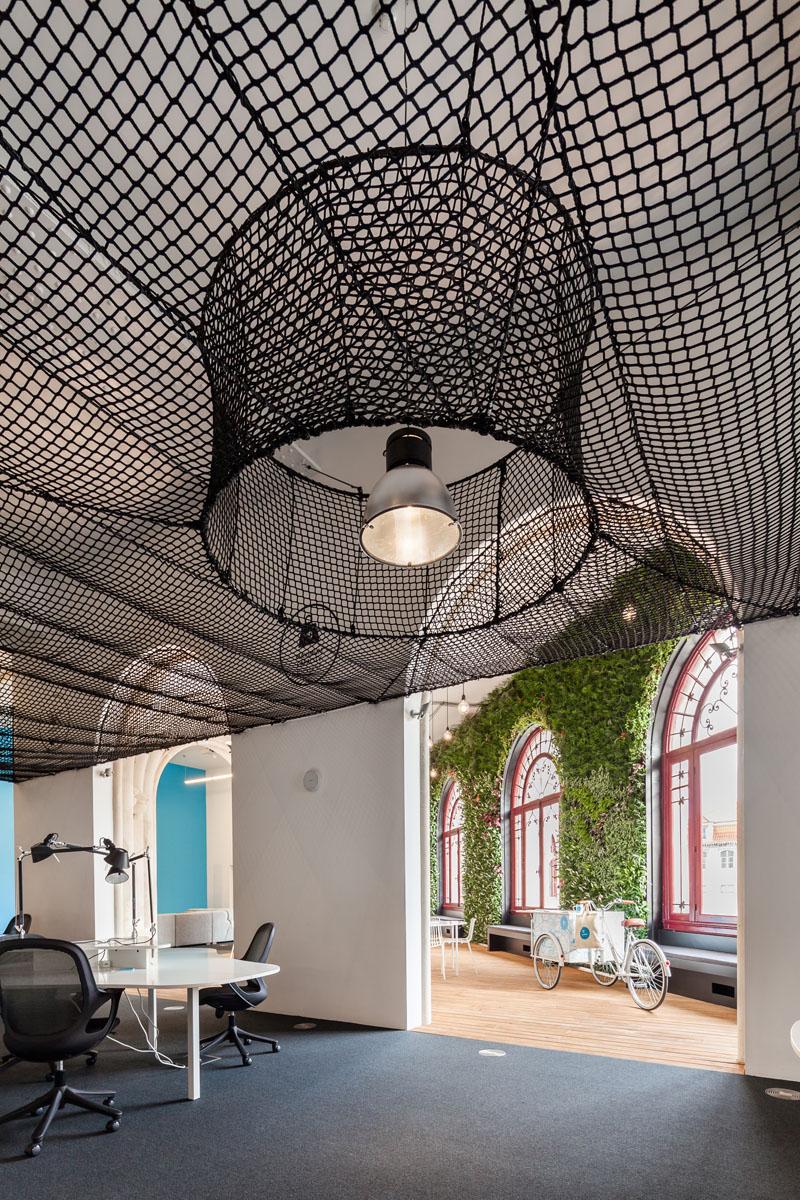 Яркий интерьер офиса: гамак под крышей
