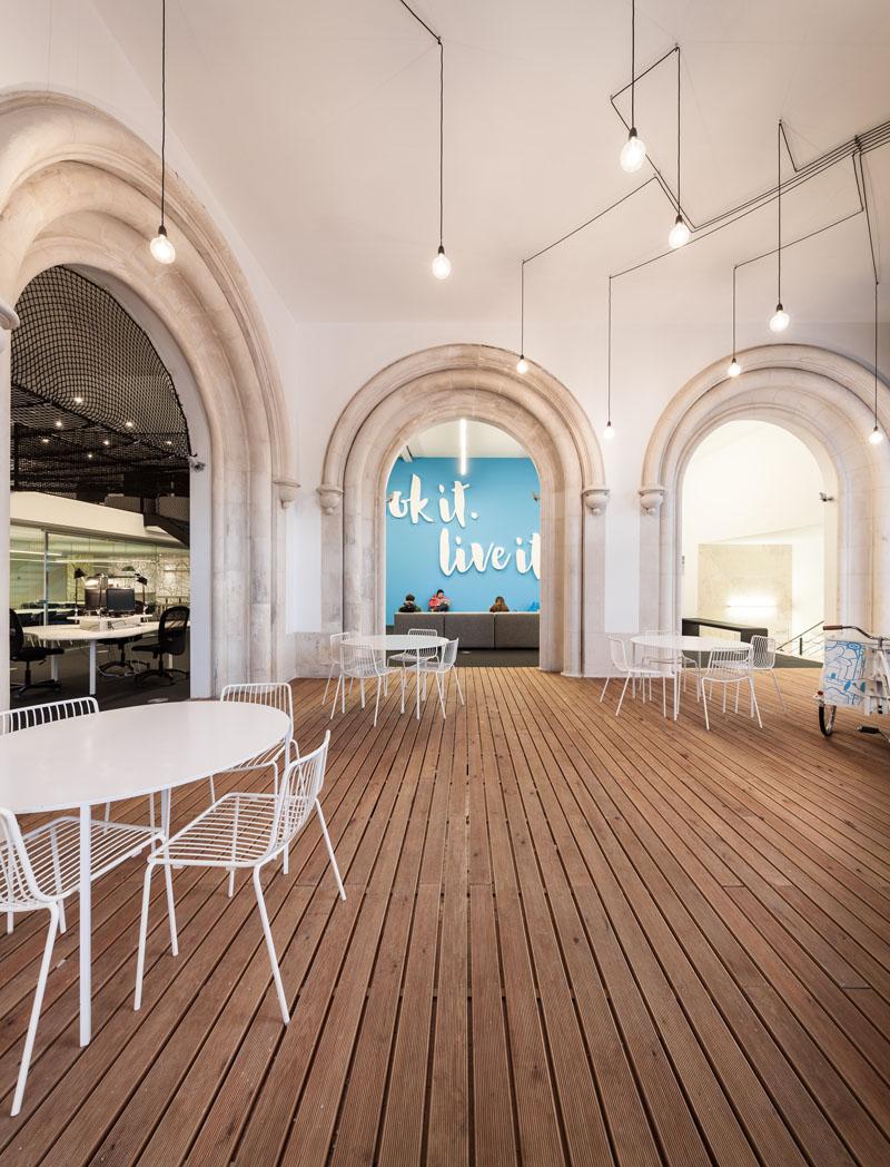 Яркий интерьер офиса: деревянные полы