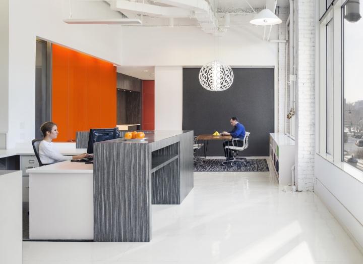 Яркий интерьер офиса: витринное остекление