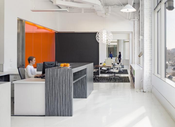 Яркий интерьер офиса: стеклянные перегородки