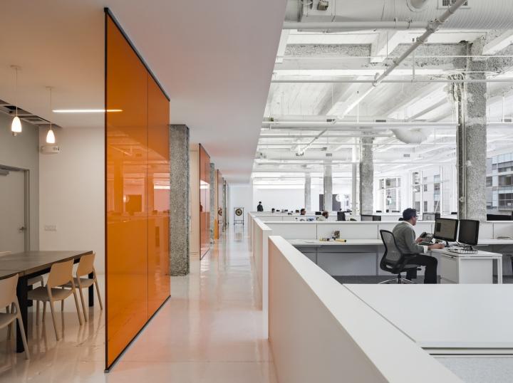 Яркий интерьер офиса: лаконичное рабочее пространство