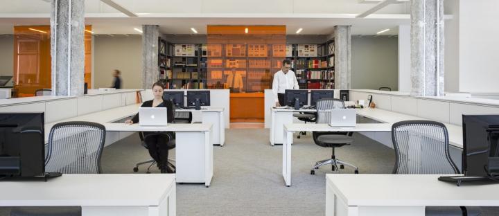 Яркий интерьер офиса: практичные рабочие зоны