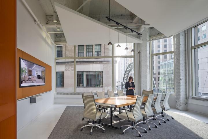 Яркий интерьер офиса: просторные конференц-залы