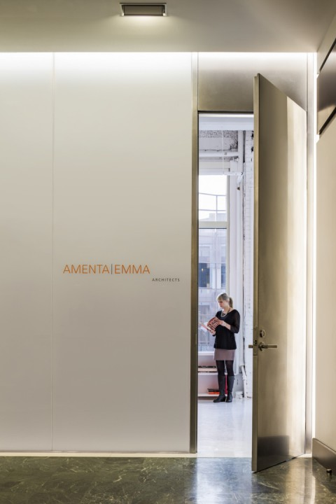 Яркий интерьер офиса: имя архитектора рядом с дверью