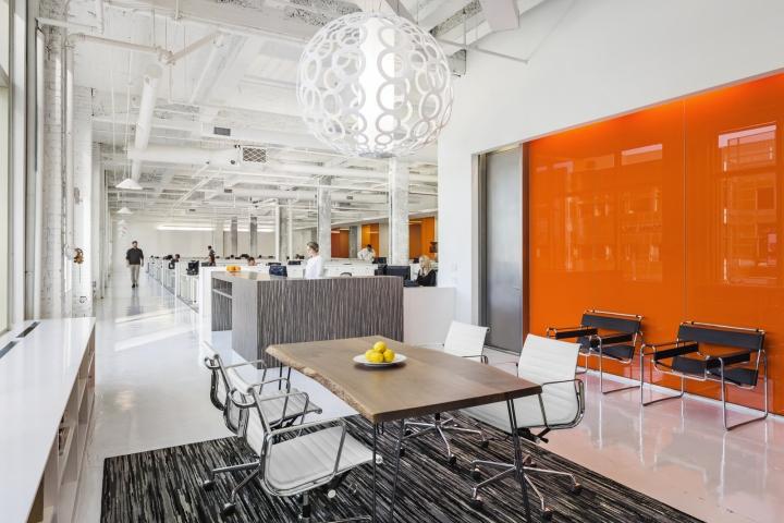 Яркий интерьер офиса