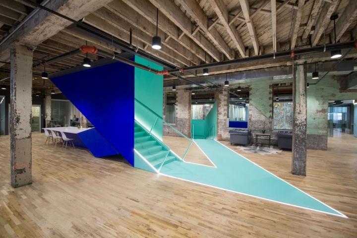 Яркий интерьер офиса с элементами стиля авангард