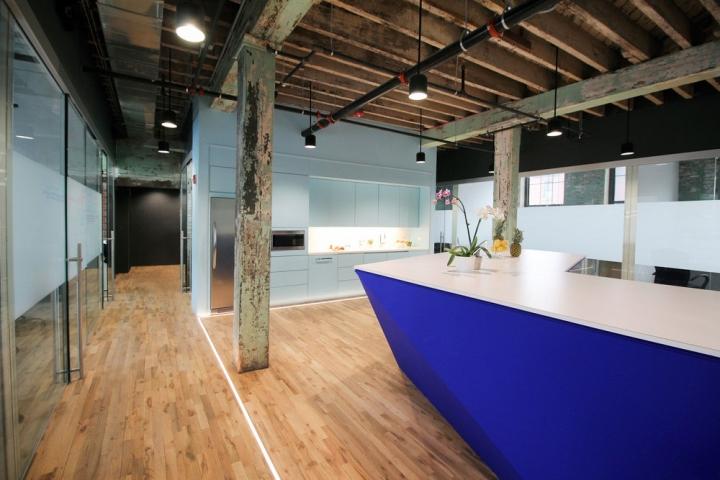 Серость потолка и стен в интерьере офиса