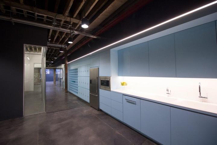 Дизайн бледно-голубой кухни в интерьере офиса