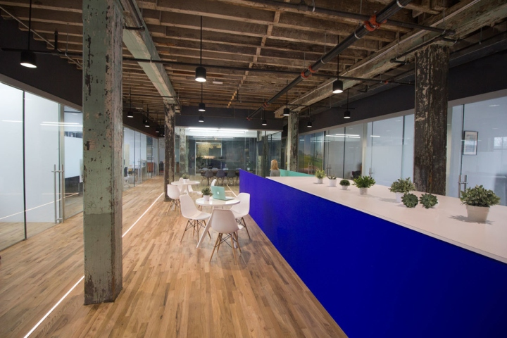 Белая пластиковая мебель в интерьере офиса