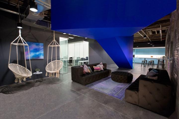 Чёрные диваны для отдыха в интерьере офиса