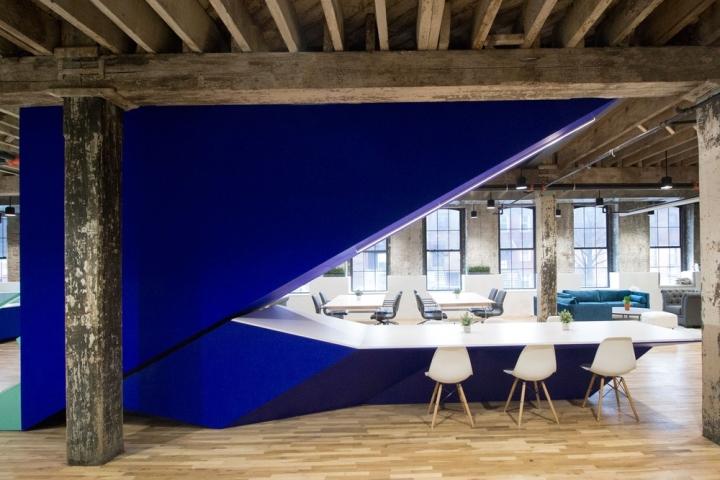 Ярко-синяя отделка лестницы в интерьере офиса