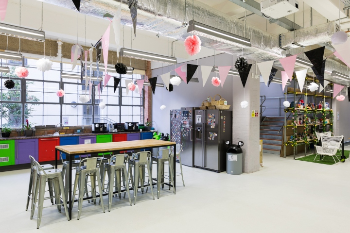 Яркий интерьер офиса фирмы Moonpig - красочные цвета и металлические элементы