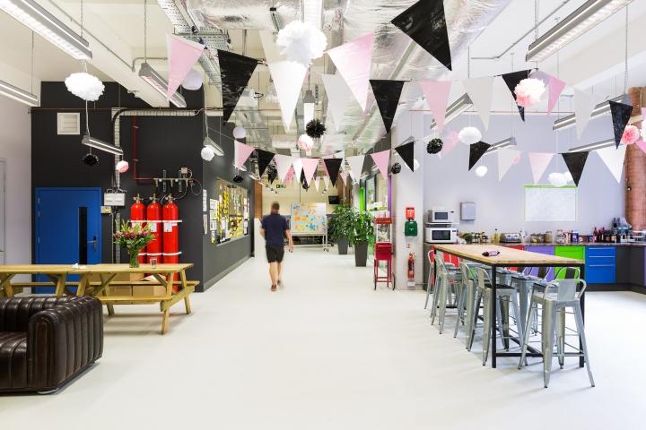 Яркий интерьер офиса фирмы Moonpig - общий вид