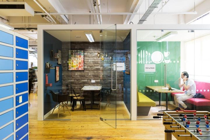 Яркий интерьер офиса фирмы Moonpig - переговорная комната