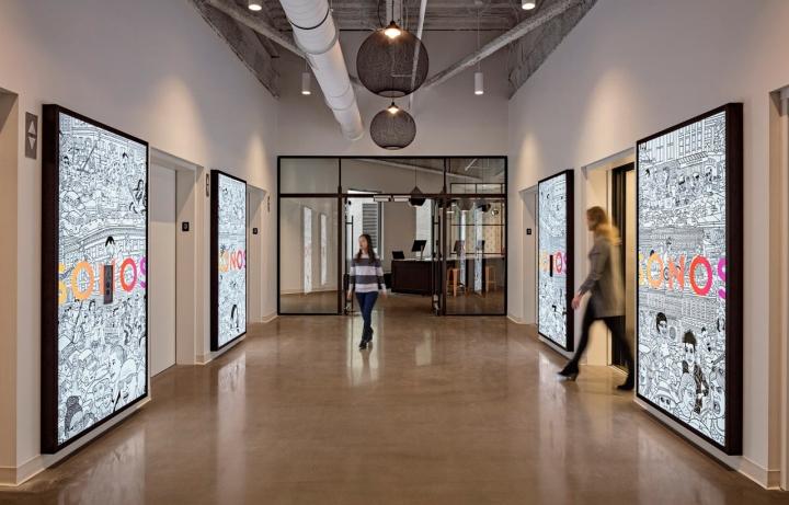Яркий интерьер в офисе: коридор на втором этаже