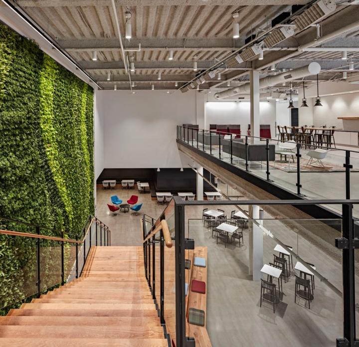 Яркий интерьер в офисе: вид со второго этажа