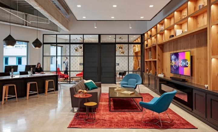 Яркий интерьер в офисе: пёстрый ковёр