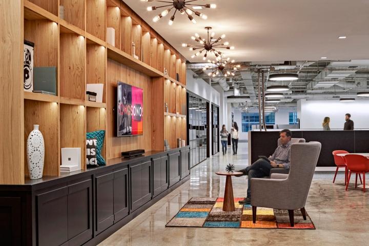 Яркий интерьер в офисе: разноцветные кубики на ковре