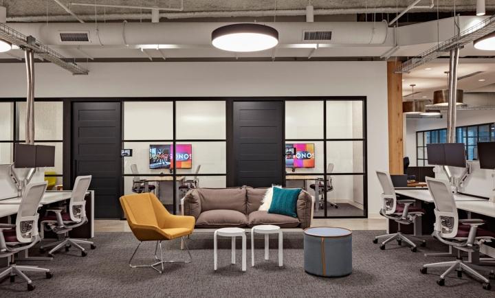 Яркий интерьер в офисе: кабинеты сотрудников