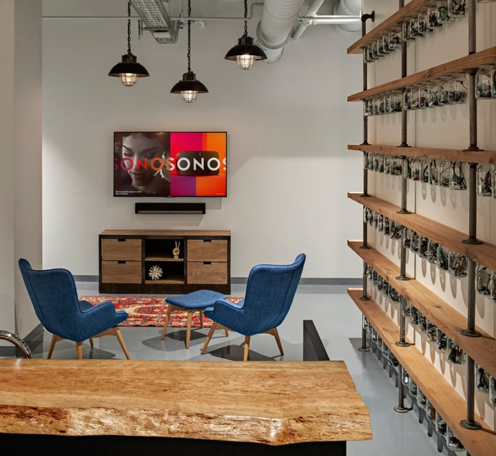 Яркий интерьер в офисе: минималистичная комната отдыха